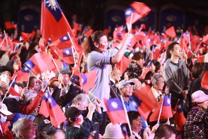 國民黨台北市長候選人丁守中23日晚間舉行造勢晚會,現場民眾熱情揮舞著國旗。(圖/記者葉政勳攝,2018.11.23)