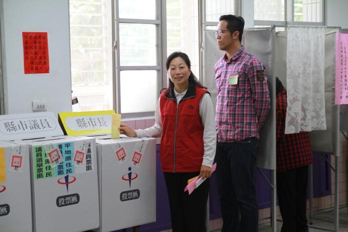 徐榛蔚前往投票 投完陪媽媽吃飯