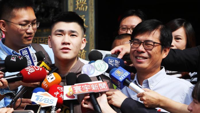 ▲陳政通陪同父親陳其邁一起前往投票。(圖/記者郭俊暉攝