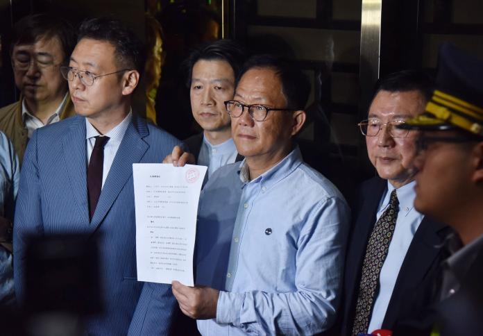 國民黨台北市長候選人丁守中25日凌晨赴台北地方法院提出當選無效之訴。(圖/記者林調遜攝,2018.11.25)