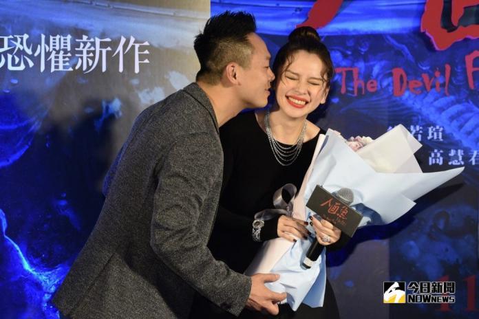▲徐若瑄老公李雲峰(左)特地從新加坡飛來台北,參加《人面魚》首映會獻花獻吻。(圖/資料照)