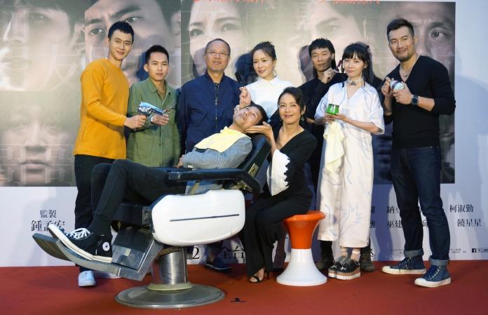 ▲《小美》記者會還原電影中理髮廳經典場景。(圖/甲上提供)