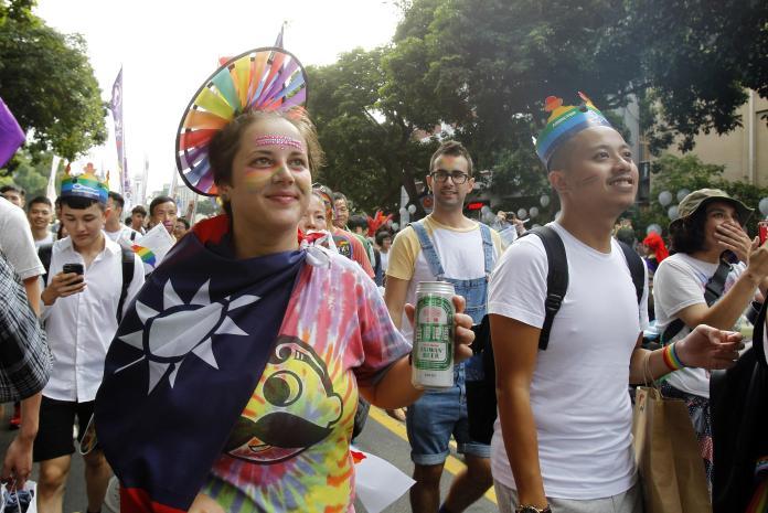 台灣同志大遊行享譽海內外,每年動輒十萬人參與,但一場公投卻戳破了同溫層,透露了社會普遍的態度。(圖/美聯社)