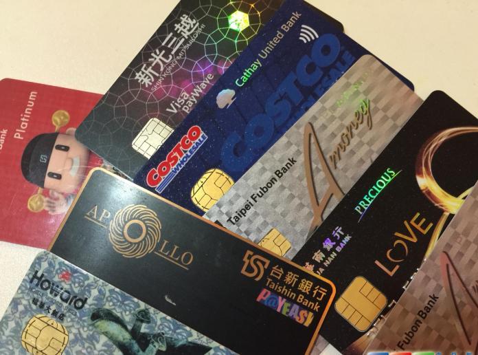 ▲金管會宣布,到超商繳納水、電費、稅款及罰單,也可以用信用卡刷卡支付。 (圖/NOWnews資料照)