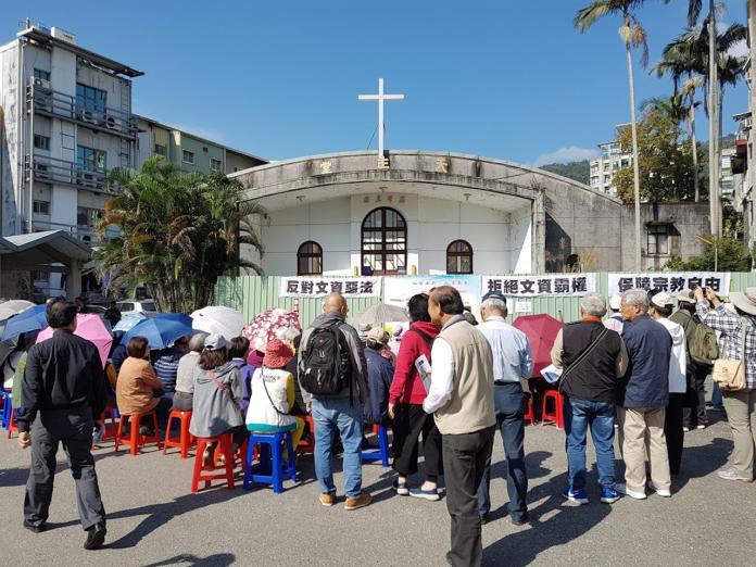 近百位天主教神職人員及教友在律師陪同下,齊聚礁溪天主堂前表達對文化局將礁溪天主堂列為歷史建築的不滿。