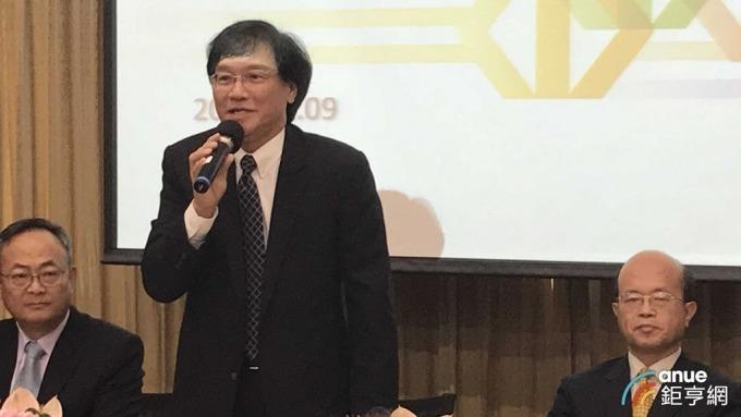▲ 台企銀今天舉行法說,由董事長黃博怡(右)與總經理施建安(中)共同主持。(鉅亨網記者郭幸宜攝)