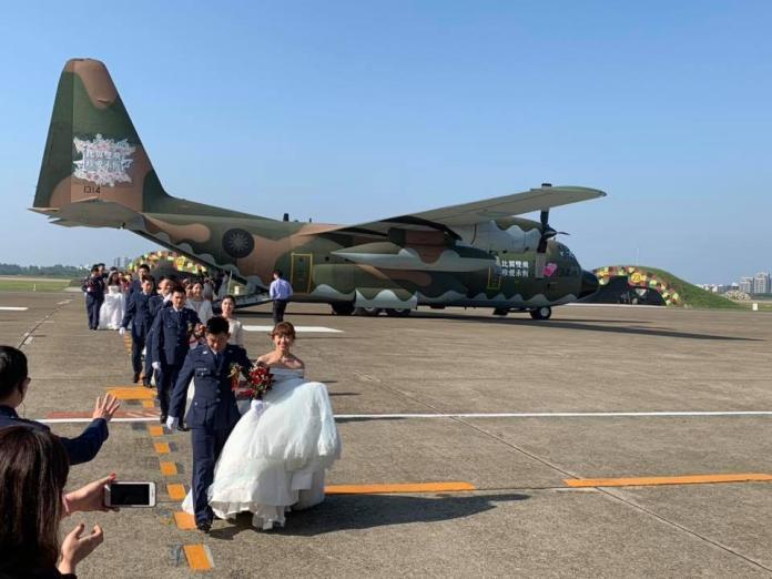 比翼雙飛!70對新人搭機步紅毯 空軍集團結婚珍愛永恆