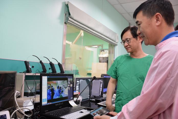 ▲王光德在手術前一再確認手術的方向。(圖/記者鄭志宏攝2018.12.02)