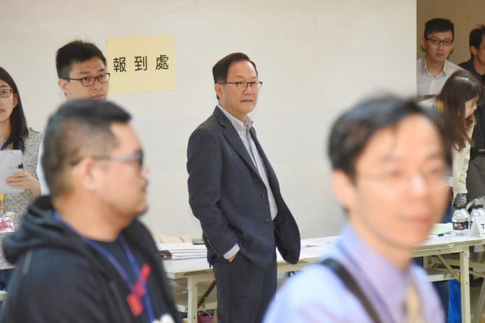 台北市長選舉驗票啟動,國民黨參選人丁守中訪視現場及律師。(圖/記者陳明安攝,2018.12.3)