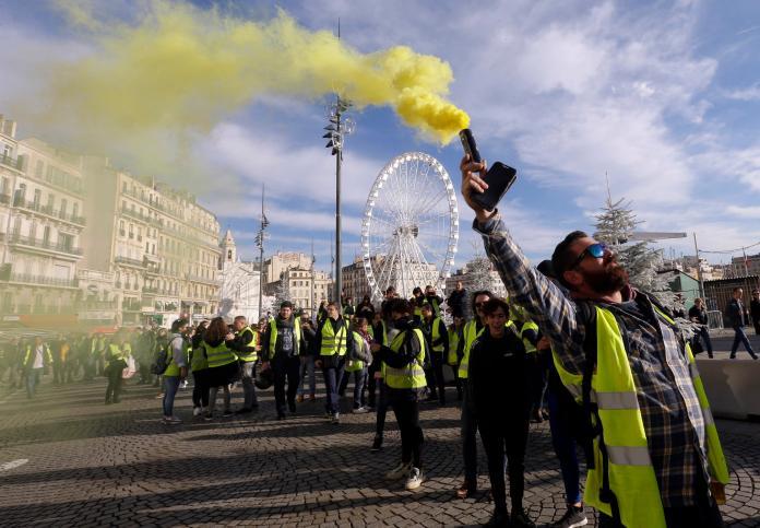 ▲為抗議政府調漲燃料稅,致使油價高漲,法國連續 3 個周末爆發「黃背心」示威。(圖/美聯社)