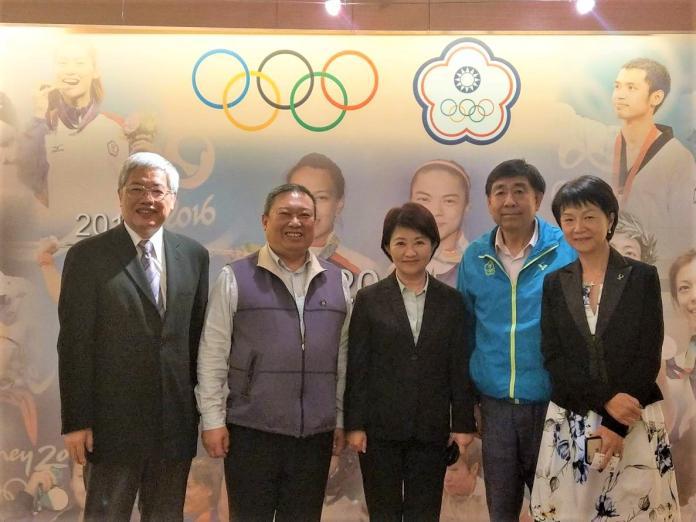 ▲盧秀燕(左三)就恢復辦理東亞青運一事拜會中華奧會。中華奧會由主席林鴻道先生、副主席蔡賜爵先生、副主席陳士魁先生,及秘書長沈依婷女士共同接待。