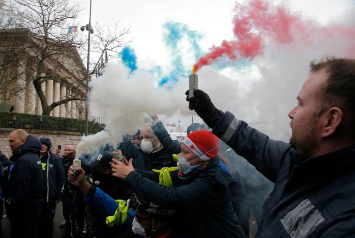 ▲為抗議當局調漲燃料稅,法國「黃背心」運動已進入第 3 周,至今已變成反政府示威。(圖/美聯社)