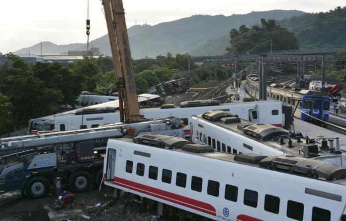▲重大交通事故「普悠瑪翻覆意外」再現台鐵人力困境。(圖/Yahoo奇摩提供)