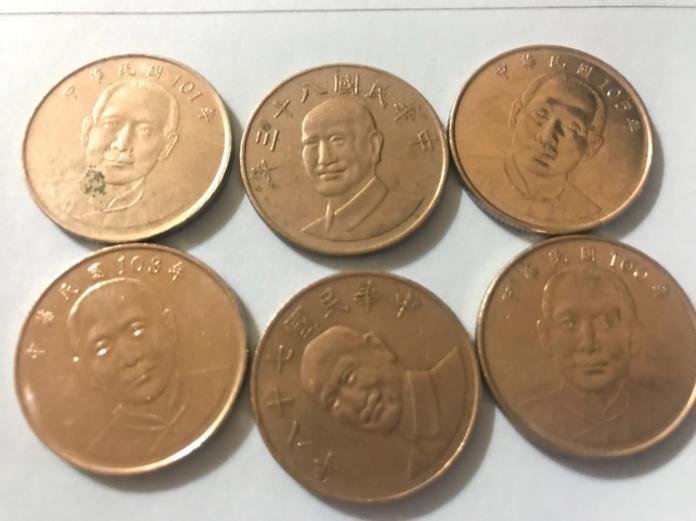 ▲中央銀行明年硬幣發行費用達17億元,其中10億元用於發行10元硬幣,主要因應夾娃娃機需求,不過,有立委認為,央行已在「去蔣化」,從2011年開始以國父版10元硬幣逐漸取代舊的蔣介石版10元硬幣。(圖/記者顏真真攝)