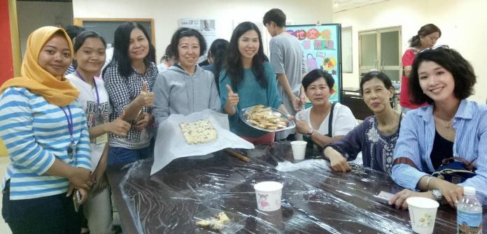 ▲新住民進行台灣傳統節慶或祭祀用的點心紅龜粿、發粿的製作。(圖/記者黃守作攝,2018.12.07)
