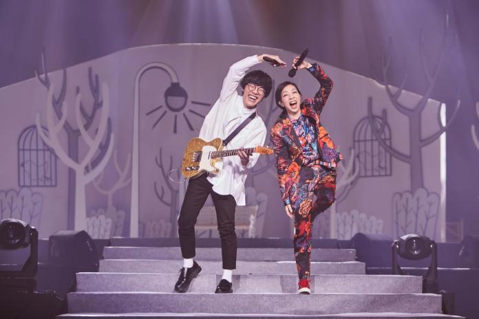 ▲萬芳高雄場演唱會,嘉賓是盧廣仲,兩人一來一往逗樂歌迷。(圖/聯成娛樂提供)