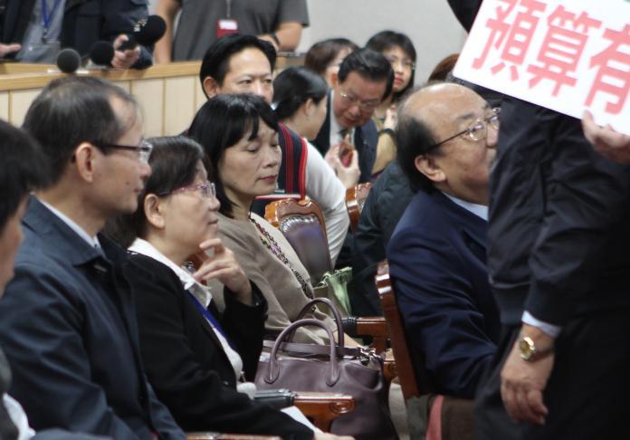 促轉會代理主委楊翠在民進黨立委們的護衛下,坐在官員席上一語不發。(圖/記者葉滕騏攝,2018.12.7)