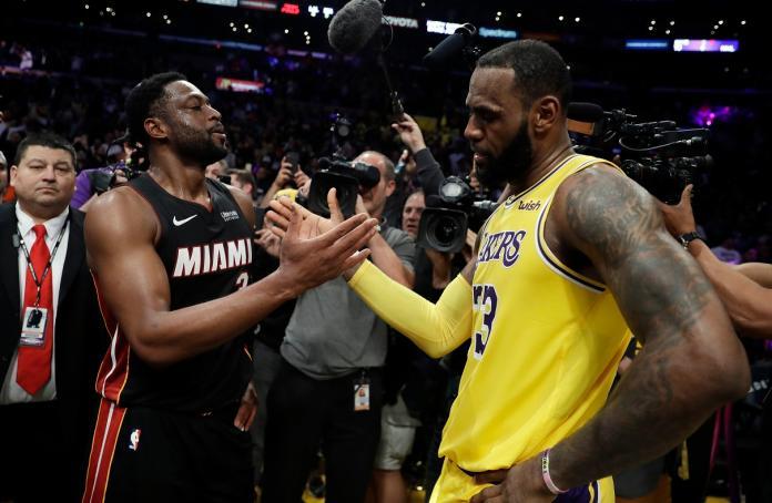 ▲Dwyane Wade(左)退役前和好友LeBron James最後一次交手。(圖/美聯社/達志影像)