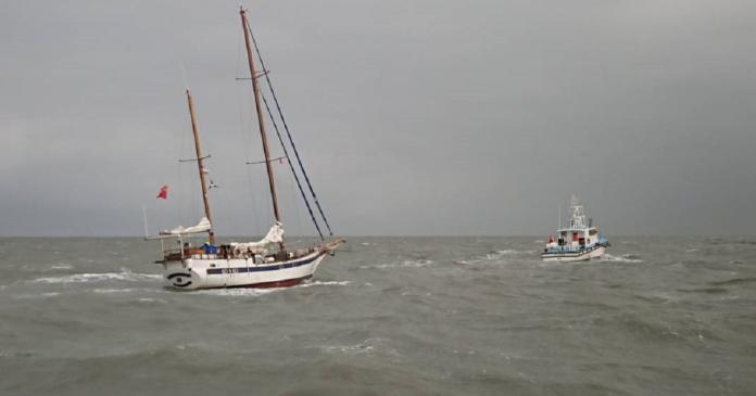 外籍帆船海上生危機 海巡船艇馳援救急難
