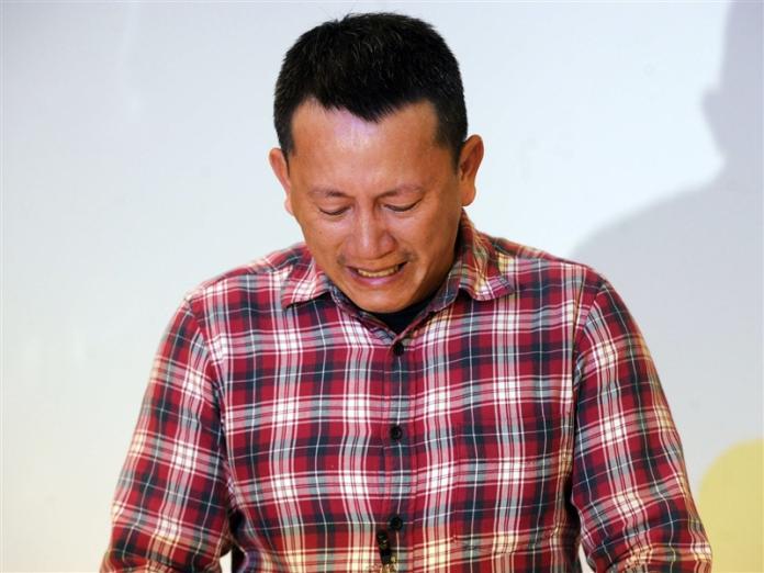 八仙塵爆案15死,圖為派對主辦人呂忠吉2015年10月20日舉行記者會,向家屬及社會哽咽鞠躬道歉。(中央社檔案照片)