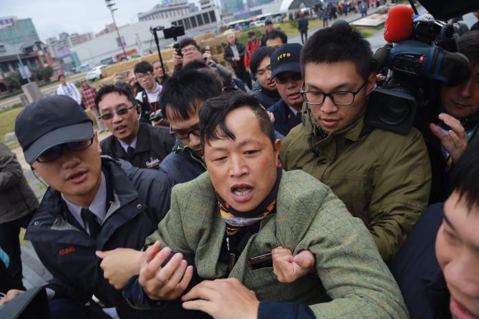 前來抗議「蔡柯會」的台灣國辦公室主任陳峻涵。( 圖 / 記者葉政勳攝,2018.12.13 )