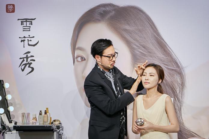 <br> 雪花秀全球首席彩妝師 Jamie 示範宋慧喬新劇《男朋友》逆齡妝容。圖@Sulwhasoo