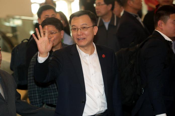 ▲上海市常務副市長周波入關前面帶微笑,絲毫不受先前抗議事件的影響。 (圖 / 記者林柏年攝)