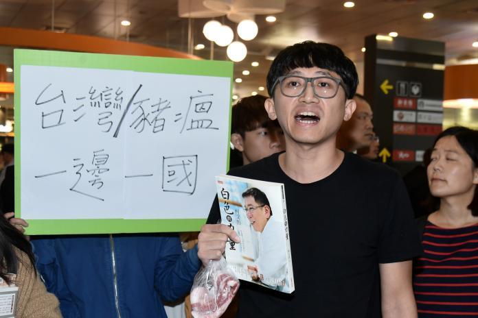▲抗議的學生李嘉宇全程用台語表達他的訴求,甚至撕毀手中的「白色力量」一書。 (圖 / 記者林柏年攝)