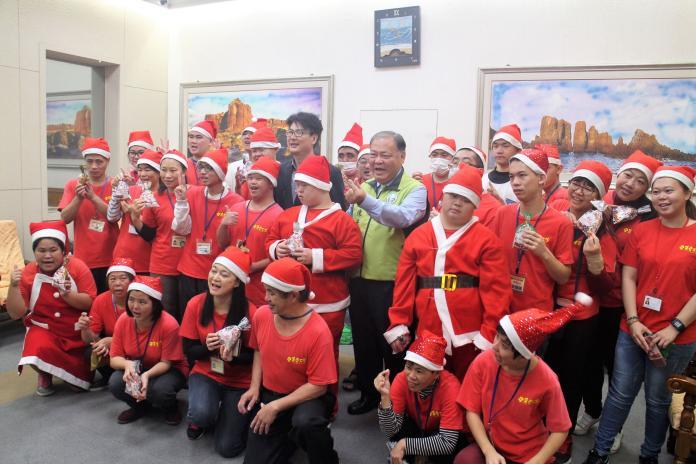惠民啟智與集愛工坊縣府報佳音 提前歡度聖誕節