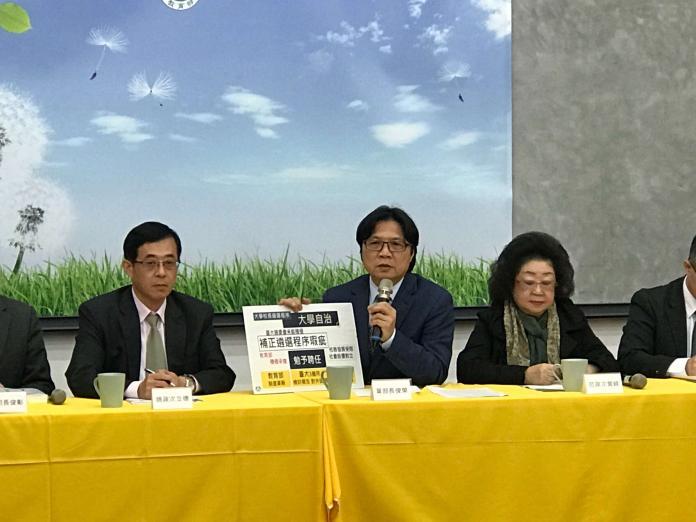 ▲教育部長葉俊榮(中)於稍早表示,勉強聘任管中閔為台大校長。(圖/記者許維寧攝)