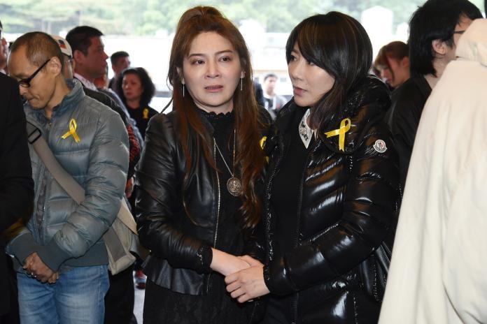 ▲王彩樺(左)到場送別安迪。(圖/記者林柏年攝)