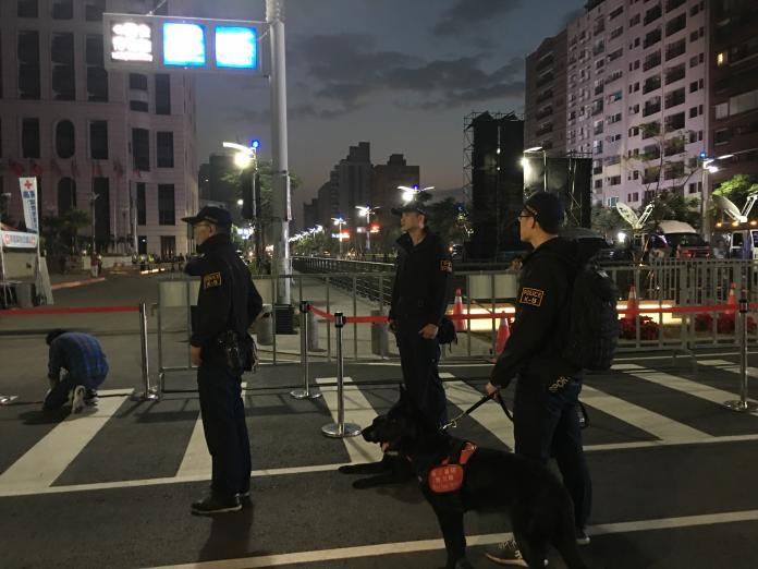 ▲凌晨五點半,高雄市政府警察局已展開進一步的維安佈署。(圖 / 記者吳文勝攝)