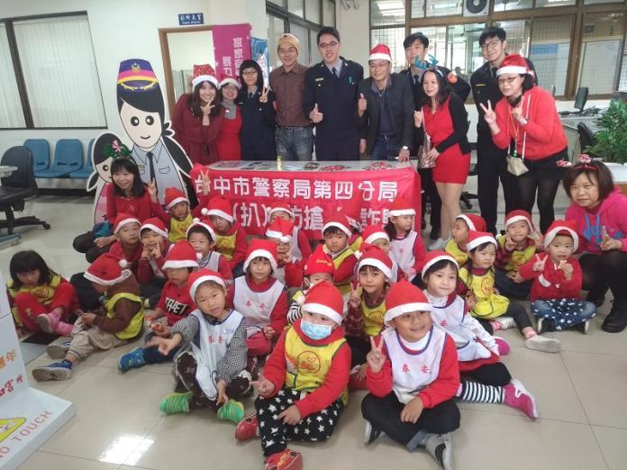 春安國小幼兒園小天使報佳音 與警察叔叔阿姨同慶聖誕