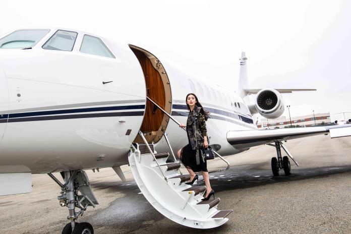 楊冪搭乘Michael Kors私人飛機於紐約秀場趕赴多倫多國際電影節 時髦優雅體現品牌JET SET理念 (10)