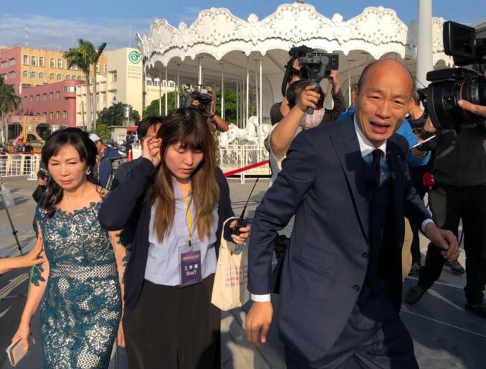 高雄市長韓國瑜自高雄港搭船至會場