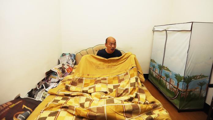 ▲兌現選前承諾,韓國瑜就任第一晚 夜宿高雄果菜市場。(圖/記者郭凱杰翻攝,2018.12.25)