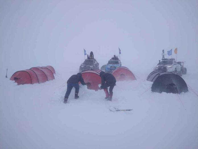 ▲橘子南極長征隊抵達南極的第一周就遇上連日暴風雪,但他們當機立斷改走難度較高的高原路線,雖然辛苦但路程短,而他們也在環境極度惡劣、資源極度匱乏的情況下驚險完成挑戰。(圖/橘子集團提供)