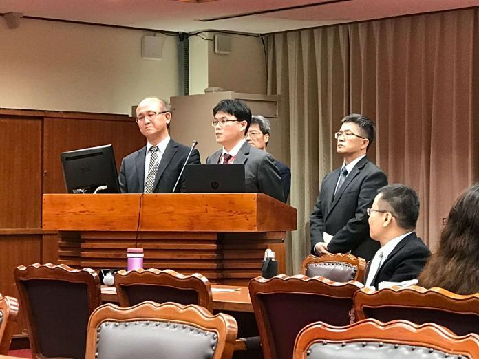 前教育部長葉俊榮於25日請辭,立法院文化諮詢委員會改由常務次長林騰蛟(左)、高教司司長朱俊彰(中)出席。