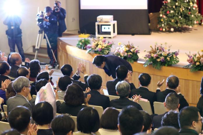 葉俊榮於惜別會上數次鞠躬,感謝學界的支持。(圖/教育部提供)