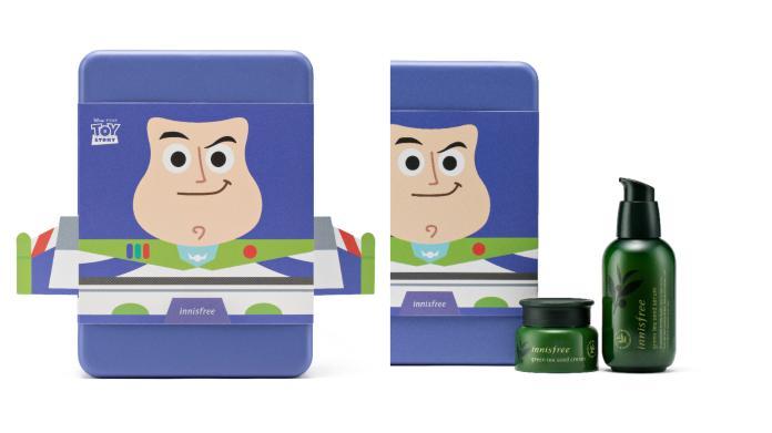 <br> 巴斯光年組-綠茶籽保濕,綠茶籽保濕精華 80ml + 綠茶籽保濕霜 20ml + 玩具總動員明星貼紙 1 張,售價 920元(價值 1,369元)1 月上市。圖@innisfree