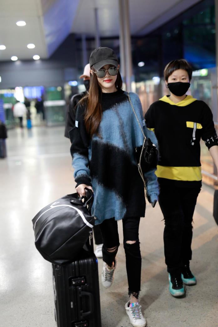 <br> 女演員唐嫣機場穿搭佩戴 Longchamp 豬年限定旅行袋。圖@Longchamp