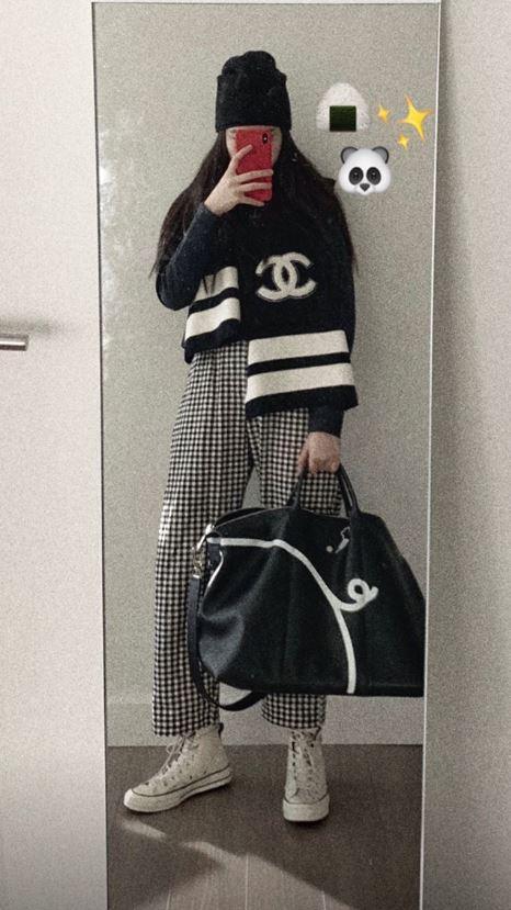 <br> 女星歐陽娜娜手拿 Longchamp 豬年限定旅行袋,俏皮可愛。圖@歐陽娜娜IG@nanaouyang