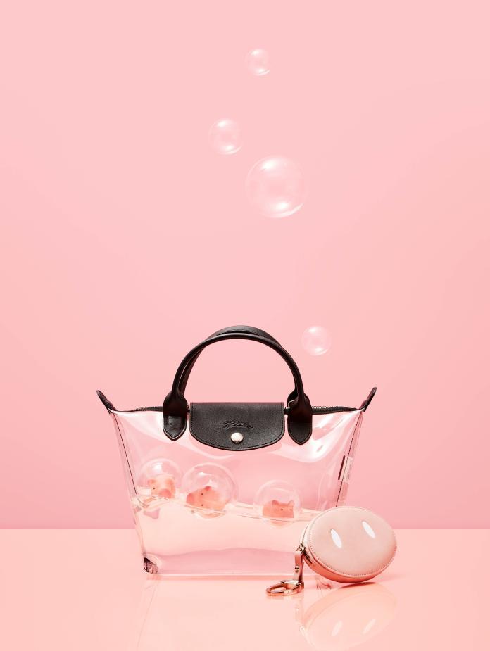 "<br> Longchamp 豬年限定 PVC 托特包,參考售價 NT$13,300。圖@Longchamp<br><br><div class=""ad-blk""></div>"