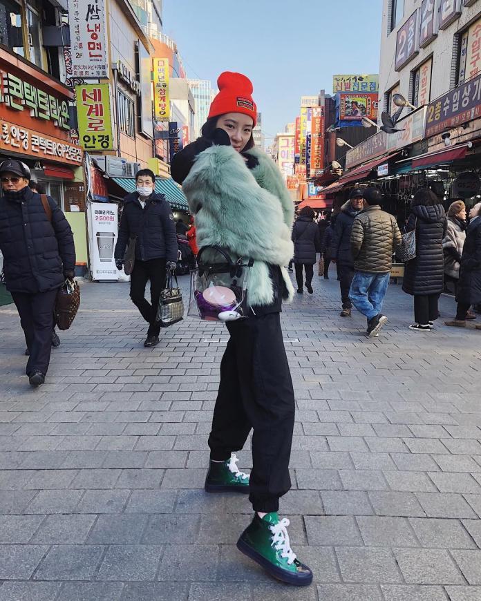 "<br> 韓國知名時尚部落客 Irene Kim 在首爾街頭秀出 Longchamp 豬年限定透明 PVC 托特包。圖@Irene Kim IG@ireneisgood<br><br><div class=""ad-blk""></div>"