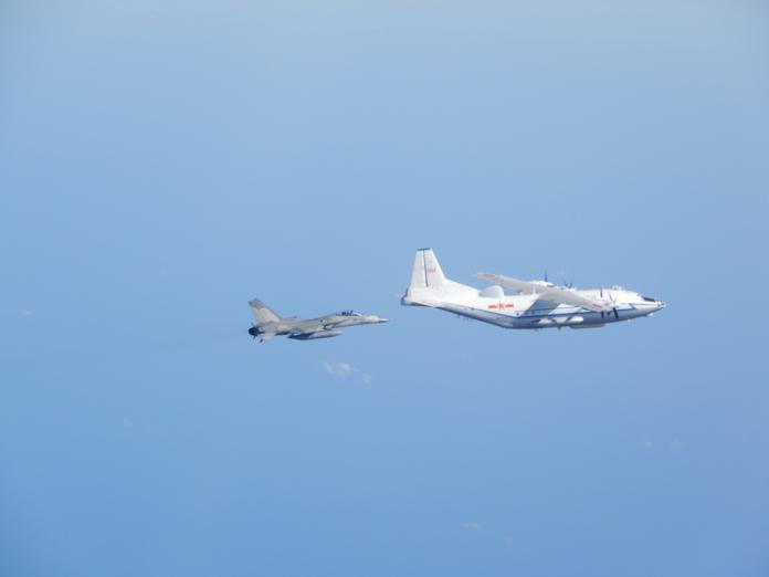 ▲空軍IDF經國號戰機監控共軍運8運輸機。(圖/國防部提供)