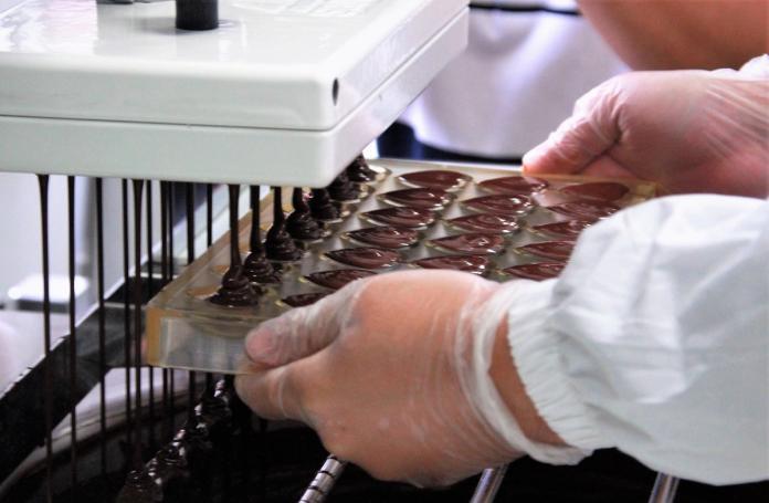 ▲屏科大模擬食品GMP生產線主要設置咖啡及巧克力二條生產線。(圖/記者陳宗傑攝,2018.12.28)