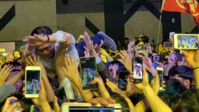 <br> ▲陳其邁應歌迷要求,大解放玩起「人體衝浪」,千人接力將他「衝」上台。(圖/翻攝自陳其邁臉書)