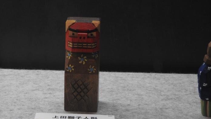 <br> 刻畫八雲當地農民的藝術作品,此為上田獅子人形。(圖/黃建霖攝)