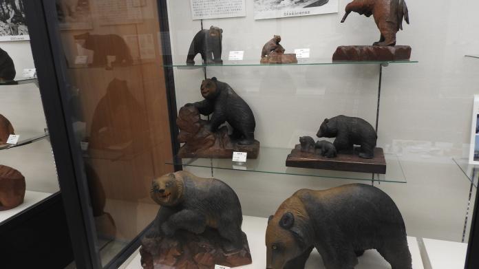<br> 木雕熊的款式相當多種,不過最受民眾喜愛的,還是要屬口叼鮭魚的款式。(圖/黃建霖攝)