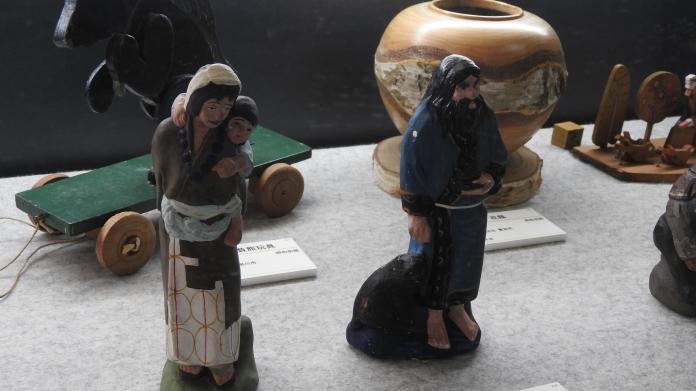<br> 刻畫八雲當地農民的藝術作品,此為愛伊奴族人形。(圖/黃建霖攝)